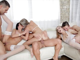 Blonde opens her fuck box to be stuffed